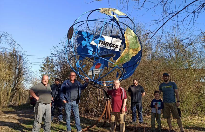 Aufstellen der Weltkugel am Naturlehrpfad Pfaffen-Schwabenheim